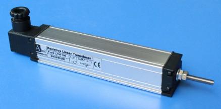 Потенциометрический датчик перемещения серии LTM-A с выходом 4-20(0-20)мА  с креплением корпуса скобами