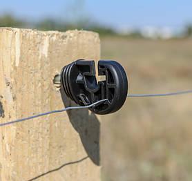 Изолятор универсальный для электропастуха. Служат для изолирования бечёвки, провода, тесьмы от контакта с опорой. Важно, чтобы изоляторы были сделаны качественно и из соответствующего материала.
