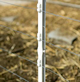 Пластиковые столбики. Стойки (столбики) имеют специальные изоляторы для крепления электропроводящей тесьмы или шнура (проволоки).  Основные преимущества - удобные в эксплуатации, быстро и легко монтируются на пастбище, обладают высокой прочностью.
