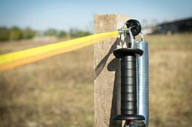 Соединение тесьмы с воротной пружиной электропастуха производится через изолятор с двумя зацепами.  Соединения проводников (фиксация) производится с помощью сдельного зажима (двойного). Затягивание до полного упора.
