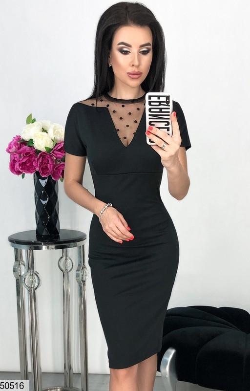 Стильное платье средней длины облегающее с коротким рукавом сетка горох черного цвета