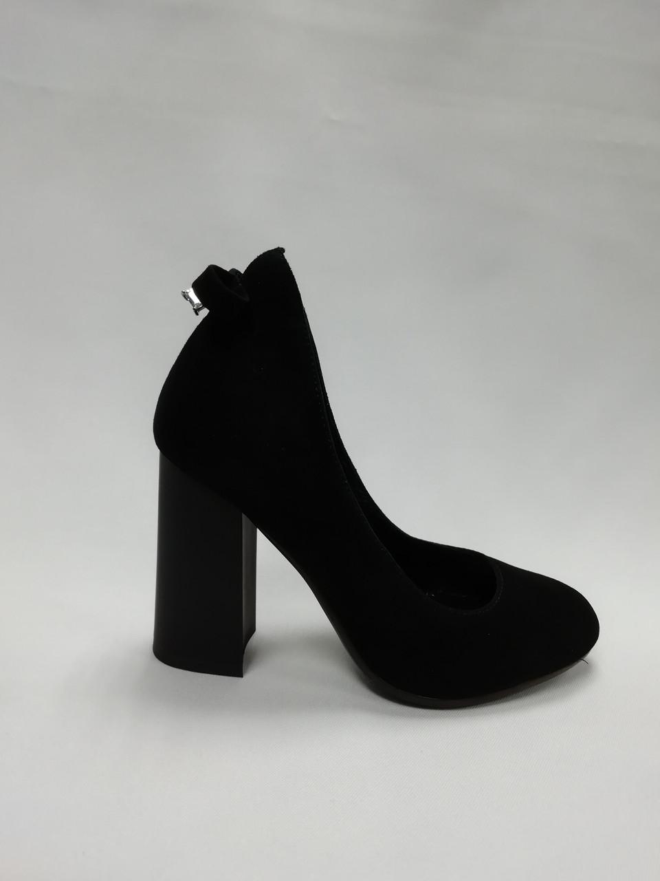 Черные замшевые туфли на каблуке. Маленькие ( 33 - 35)  размеры.
