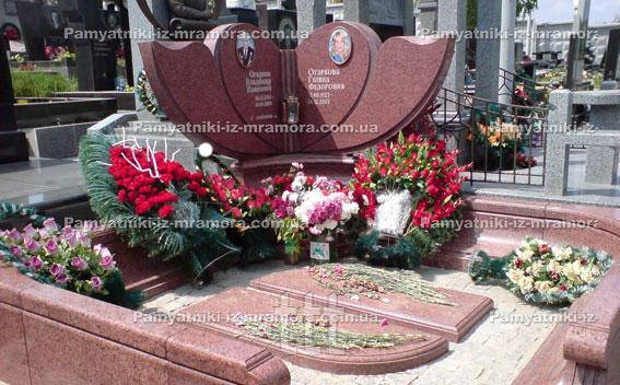 Двойное надгробие из красного гранита № 70