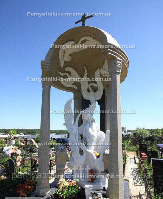 Памятник с колоннами и лебедями №18