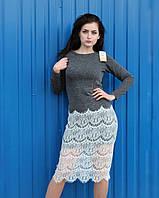 Серое платье с длинным рукавом с изящным красивым кружевом