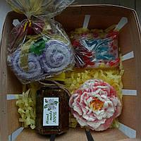 Набор 《Ромашковый бельди, сувенирное мыло, 2 полотенечка-салфетки》 в лоточке