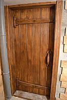 Двери под старину с декорированными деревянными петлями