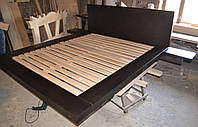 Двухспальная кровать-подиум ( с деревянной спинкой и дополнительными боковыми полочками)
