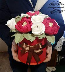 Букет з цукерок квіти в шляпній коробці з півоніями  та трояндами. Смачний подарунок на День народження