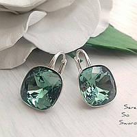 Стильные и красивые серебряные серьги с кристаллами Swarovski ювелирной огранки в цвете Erinite