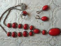 Модный комплект с натуральных камней, коралл,подвеска,серьги и кольцо.