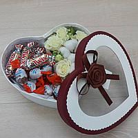 Коробка с живыми цветами и конфетами