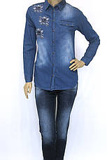 Жіноча джинсова сорочка з стразами і вишивкою , фото 3