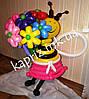 Пчелка из шаров в платье с разноцветным букетом