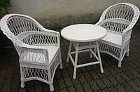 Белая плетеная мебель из лозы на балкон