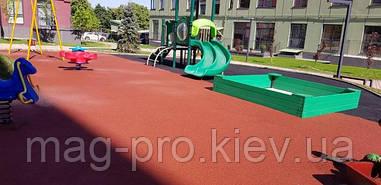 Ровно. Детская площадка - бесшовное резиновое покрытие