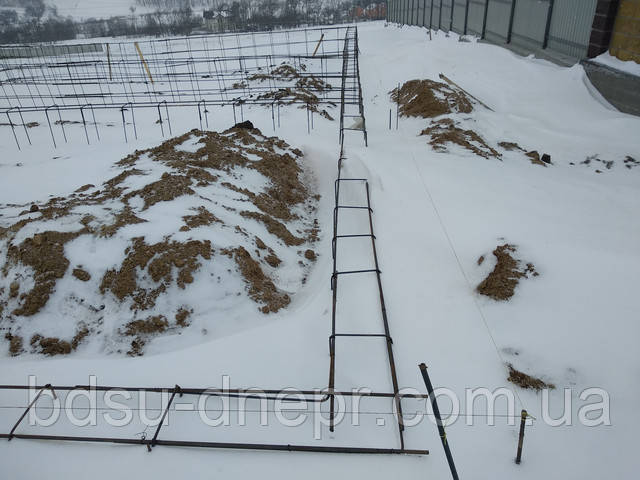 Фундамент, заметённый снегом.