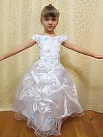 Пышное белое платье с голубыми цветами на выпускной на прокат
