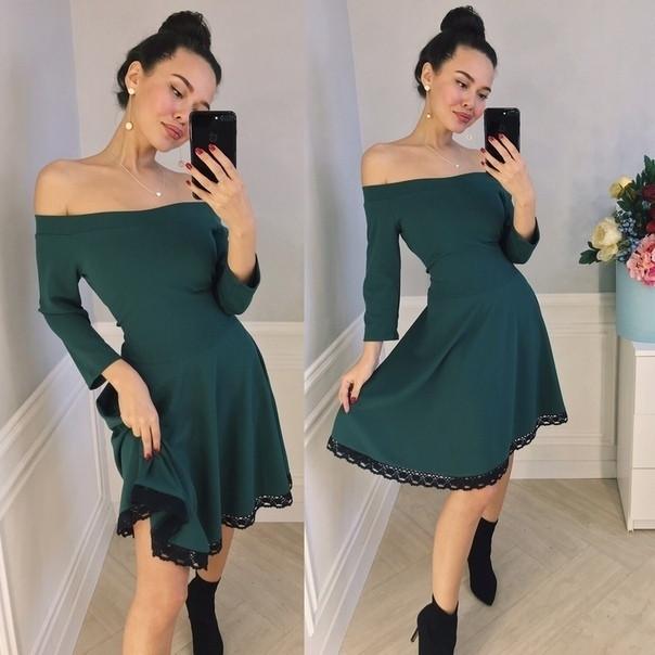 Расклешенное платье со спущенными плечами