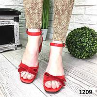 Кожаные босоножки на каблуке красные