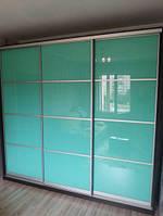 Двери-купе с крашеным стеклом.