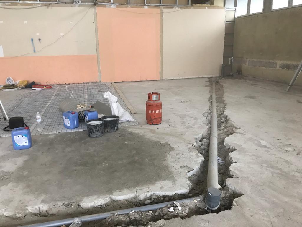 Труба канализации. На наш взгляд, уложить её желательно было миллиметров на 200-300 глубже. Возможность была, хоть и трудоёмко, ввиду наличия под старым бетонным полом залежей отвального шлака.