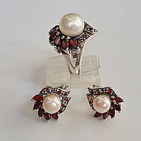 Комплект серебряных ювелирных украшений  кольцо и серьги с натуральными гранатами и жемчугом