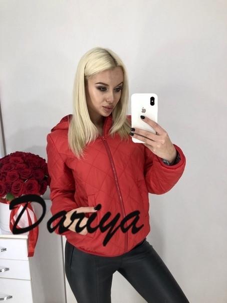 Женская куртка красного цвета