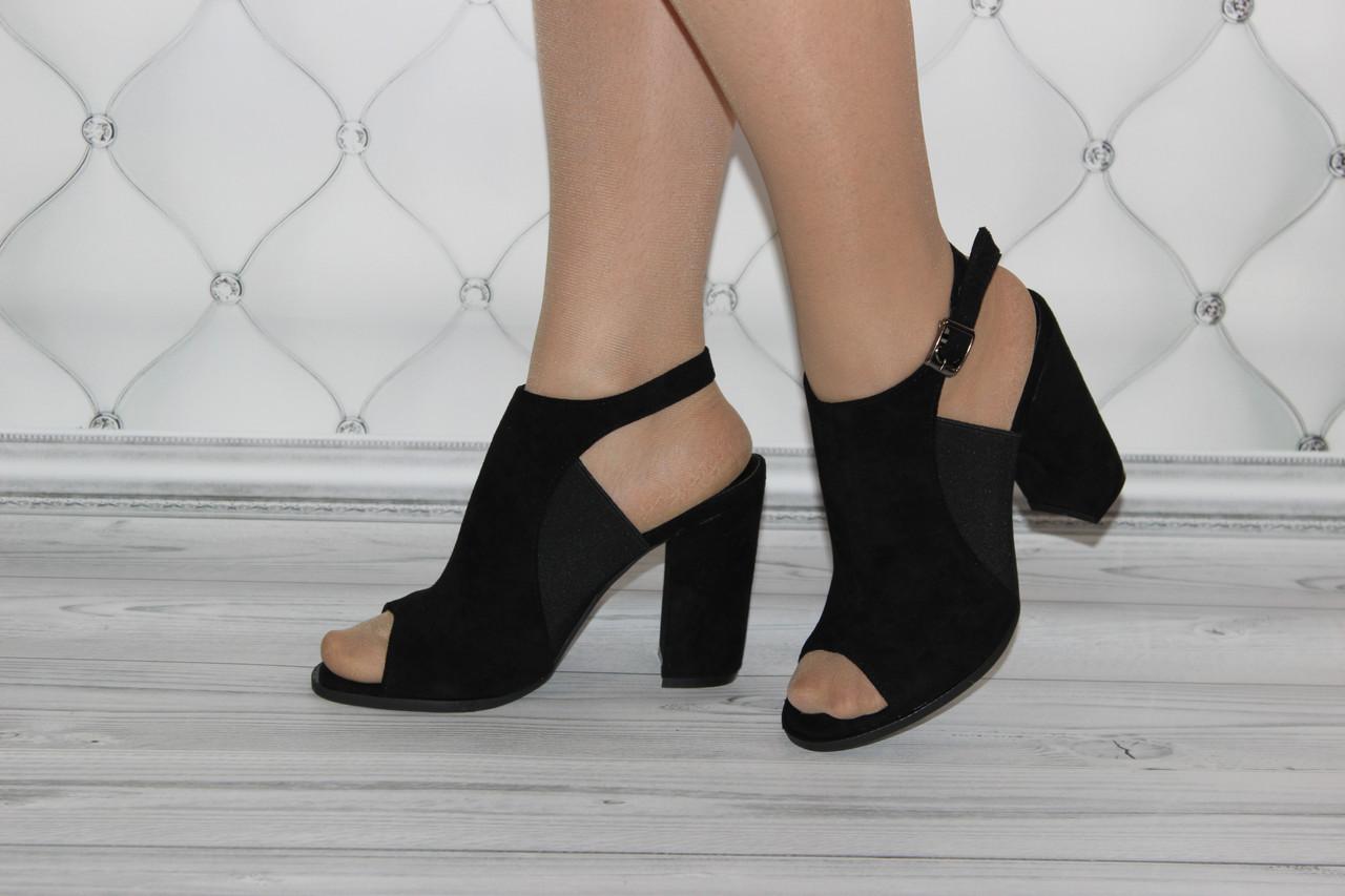 Женские босоножки на каблуке черного цвета