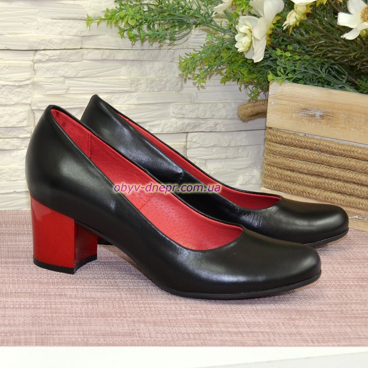 Женские черные кожаные туфли на невысоком устойчивом каблуке