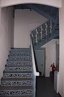 Металлическая лестница с декоративными ступенями