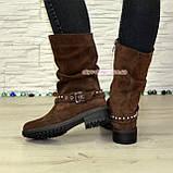 Ботинки замшевые женские демисезонные на маленьком каблуке, декорированы ремешком, фото 3