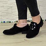 Жіночі замшеві туфлі на низькому ходу, декоровані фурнітурою, фото 2
