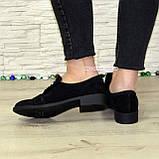 Жіночі замшеві туфлі на низькому ходу, декоровані фурнітурою, фото 3