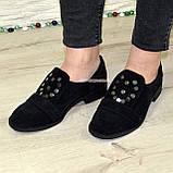 Жіночі замшеві туфлі на низькому ходу, декоровані фурнітурою, фото 4