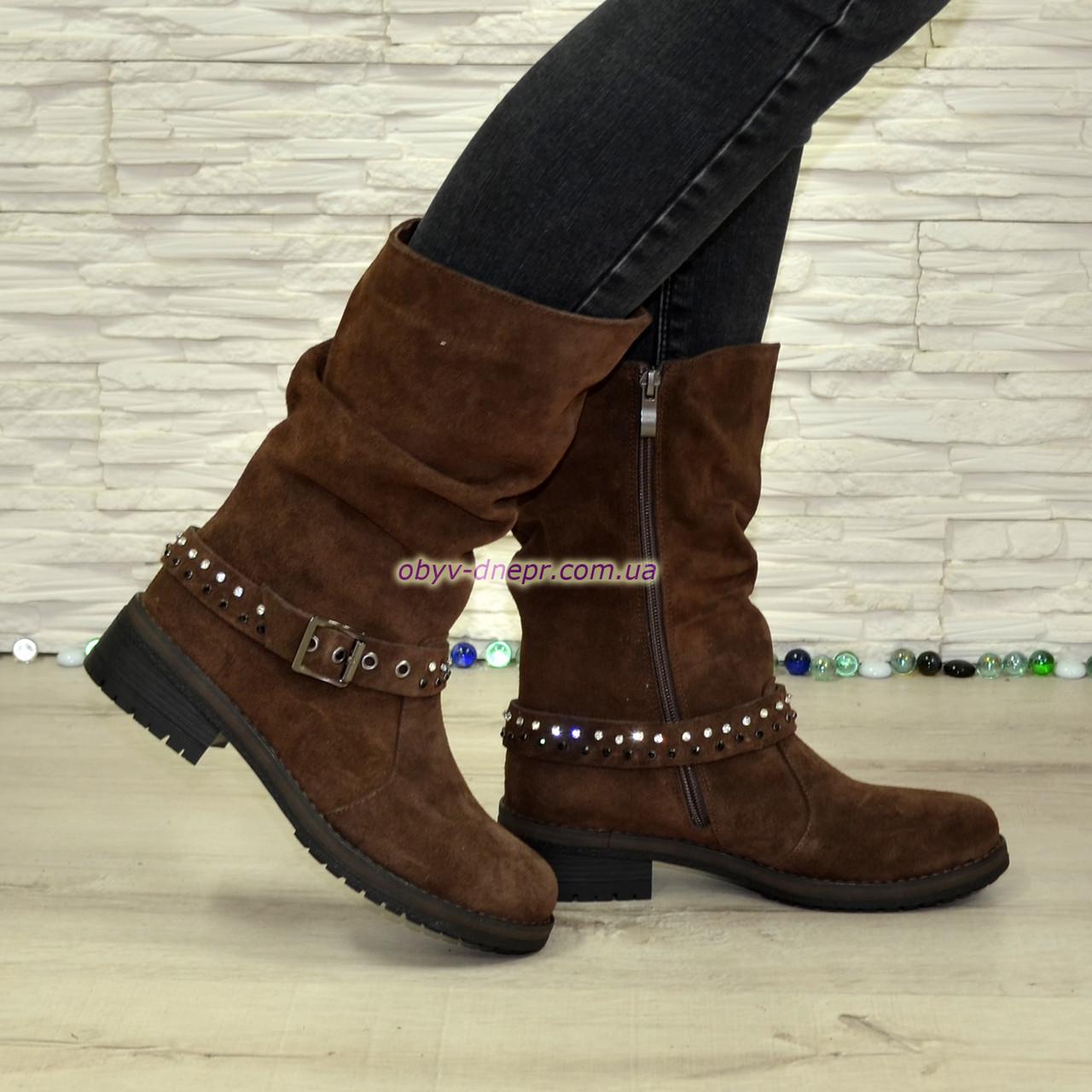 Замшеві черевики жіночі демісезонні на маленькому підборах, декоровані ремінцем