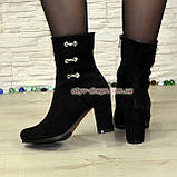 Ботинки демисезонные замшевые на высоком устойчивом каблуке, декорированы фурнитурой, фото 2