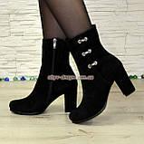 Ботинки демисезонные замшевые на высоком устойчивом каблуке, декорированы фурнитурой, фото 3