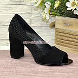 Туфлі замшеві з відкритим носком, на високому стійкому каблуці, колір чорний, фото 2