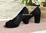 Туфлі замшеві з відкритим носком, на високому стійкому каблуці, колір чорний, фото 4