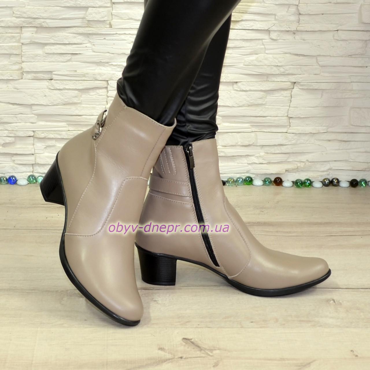 Женские кожаные демисезонные ботинки, декорированы ремешком, цвет визон