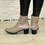 Женские кожаные демисезонные ботинки, декорированы ремешком, цвет визон, фото 2