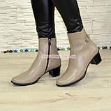 Женские кожаные демисезонные ботинки, декорированы ремешком, цвет визон, фото 3