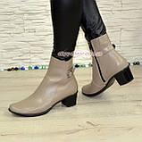 Женские кожаные демисезонные ботинки, декорированы ремешком, цвет визон, фото 4