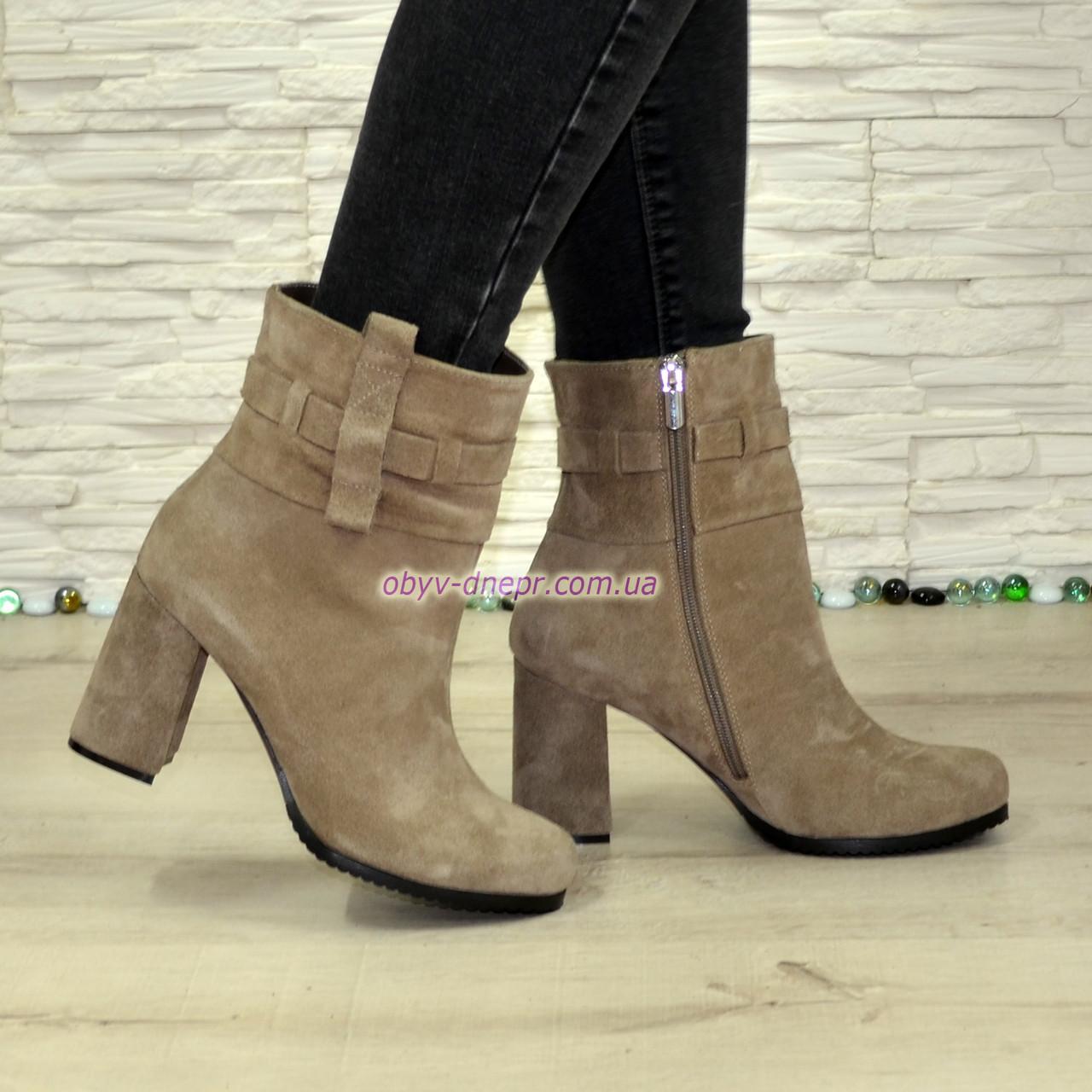 Замшеві черевики на високому стійкому каблуці, колір бежевий