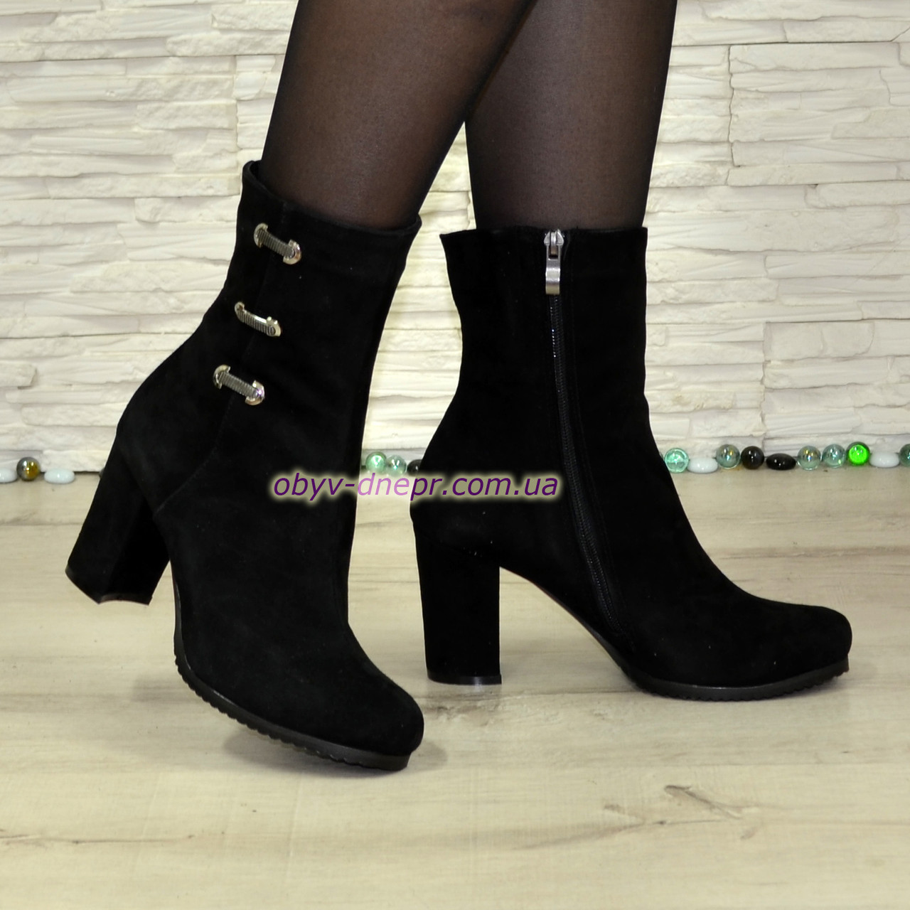 Ботинки   замшевые на высоком устойчивом каблуке, декорированы фурнитурой