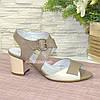 Женские кожаные босоножки на устойчивом каблуке, цвет визон/бежевый, фото 2