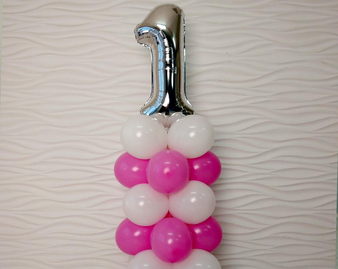 """Композиция с воздушных шариков """"Стойка с цифрой """"1"""" (бело-розовая)"""