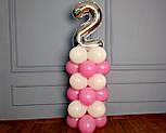 """Композиция с воздушных шариков """"Стойка с цифрой """"2"""" (бело-розовая), фото 7"""