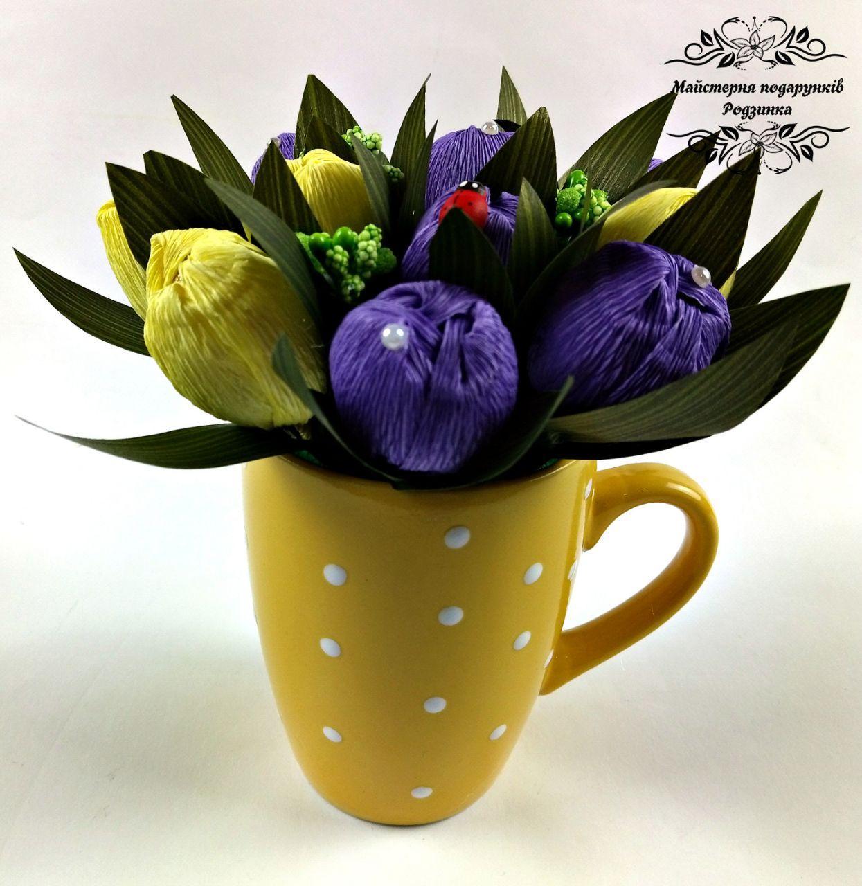 Подарунок букет з цукерок крокуси в чашці